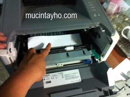 Canon 3300 vừa kéo giấy lên thì bị kẹt